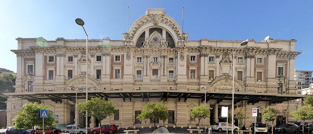 Stazione della metropolitana di Mergellina. A destra sorge il boutique hotel Metro900.